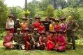 Markéta s domorodci (v červených šatech v horní řadě)