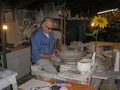 Mistr Smíšek při práci v keramické dílně