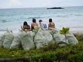 Pytle s odpadky z pláže